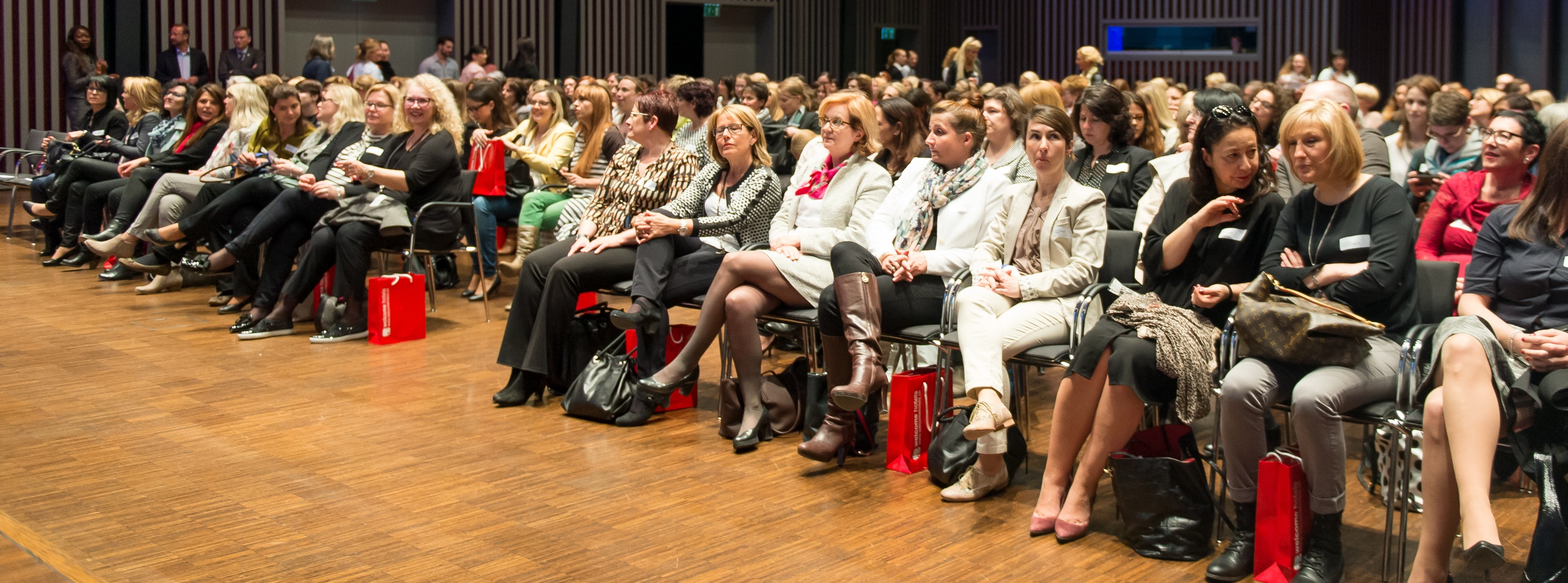 Interessiertes Publikum am Miss Moneypenny Event 2016 im Trafo Baden